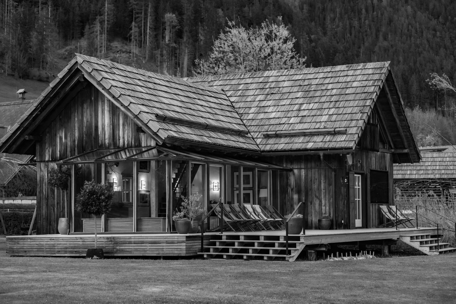 Das Gralhof Saunahaus vom Weissensee-Steg schwarzweiss